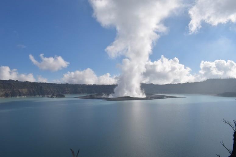 Manaro-Voui-crater-lake-Vanuatu-Red-Cross-e1506328049591.jpg